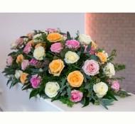 Kleurrijke roos. kistversiering